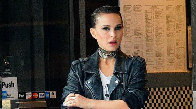 Un look rock per Natalie Portman sul set di Vox Lux