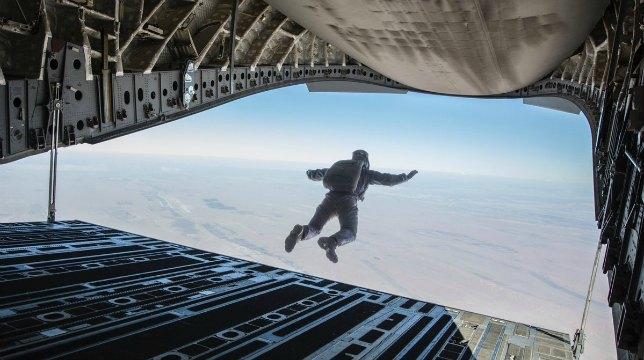 Mission: Impossible 6: Tom Cruise pubblica una foto in cui si lancia da un aereo