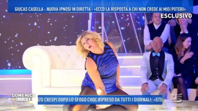 Isola dei Famosi 2018: Nadia Rinaldi viene ipnotizzata da Giucas Casella e mostra l'intimo