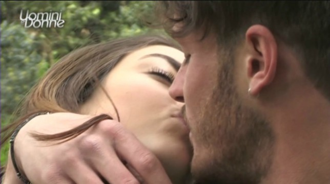 Uomini e Donne, oggi lunedì 23 aprile: Giordano torna da Nilufar e scatta il tanto atteso bacio