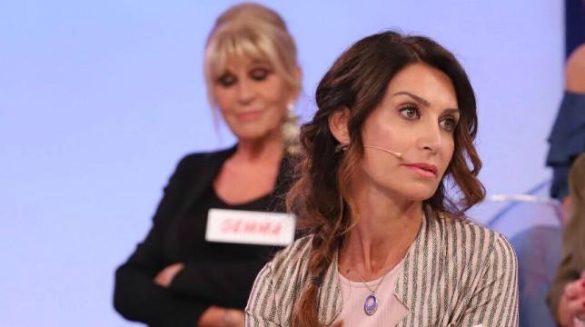 Uomini e Donne in onda oggi, martedì 9 ottobre, il trono over: rissa in studio tra Barbara De Santi e Caterina