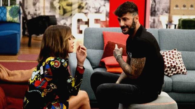 """Grande Fratello Vip, Alfonso Signorini confessa: """"Silvia Provvedi è ancora innamorata di Corona"""""""