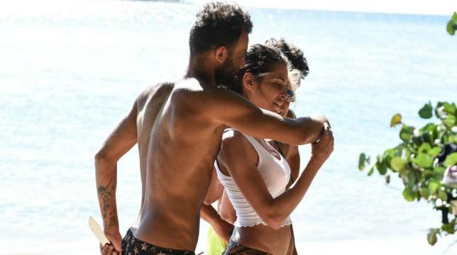Isola dei Famosi 2019: il bacio tra Ghezzal e la new entry Ariadna Romero