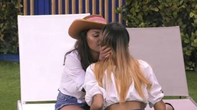 """Grande Fratello 2019, dopo il bacio tra Francesca e Erica: """"Se continui così, finiamo a letto insieme"""""""