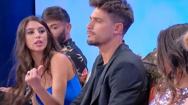 Uomini e Donne, trono classico: volano parole pesanti tra Giulia Cavaglia e Angela Nasti