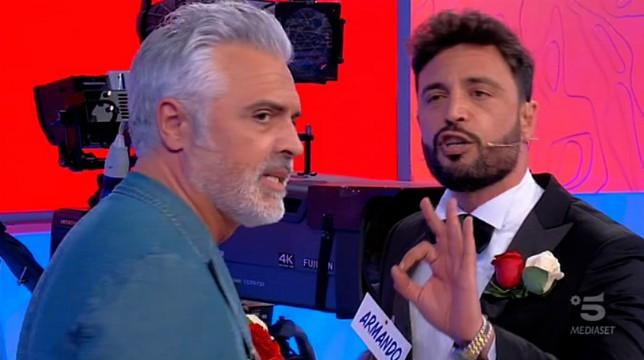 """Uomini e Donne, trono over, è scontro tra Armando e Michele: """"Sei un uomo vergognoso!"""""""
