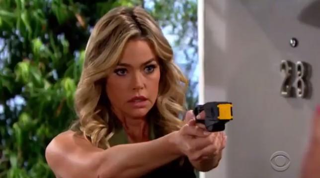 Beautiful Anticipazioni Americane: Shauna punta una pistola contro qualcuno per difendere Flo. Chi sarà?