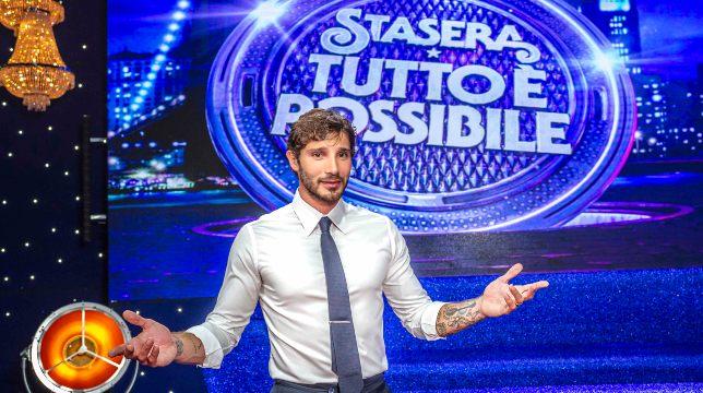 Stasera tutto è possibile: Stefano De Martino presenta stasera la quinta edizione del comedy show su Rai2