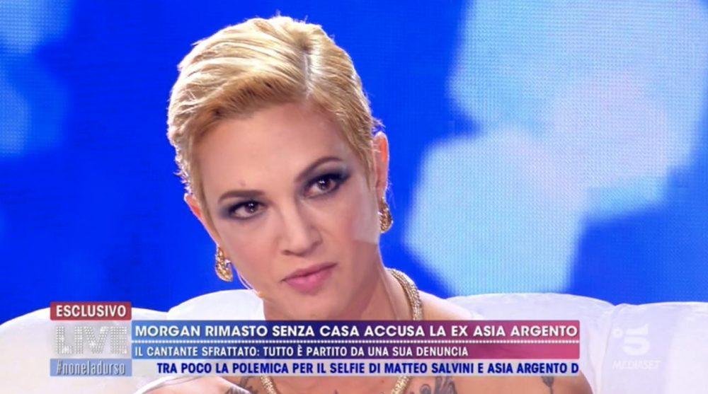"""Live – Non è la d'Urso: Karina Cascella attacca Asia Argento: """"Sei una raccomandata"""""""