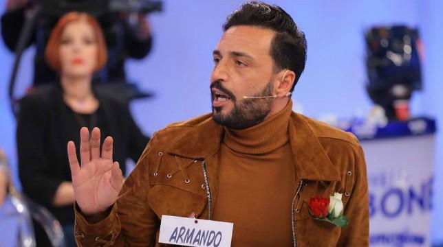 Uomini e Donne oggi il trono over: scontro tra Armando e Juan Luis, caos in studio