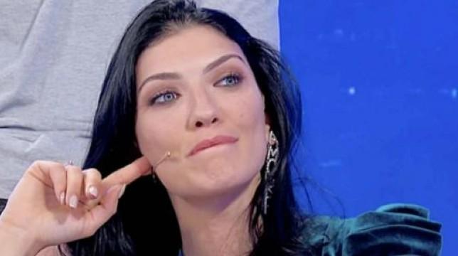 Uomini e Donne, le anticipazioni del trono classico: Giovanna bacia Sammy. Aspri scontri tra Daniele e Gianni Sperti