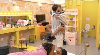 Grande Fratello Vip: il bacio in bocca tra Alex Belli e Soleil sconvolge tutti!