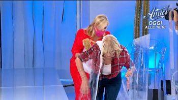 Uomini e Donne, Gemma si esibisce nel car wash: Tina le tira un secchio d'acqua
